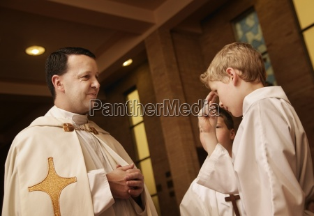 junges katholisches jugendlich beten
