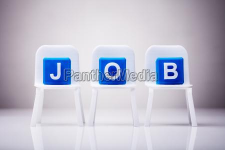 blaue kubische bloecke mit job wort