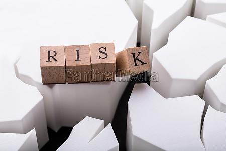 erhoehte ansicht des holzblocks mit risikotext