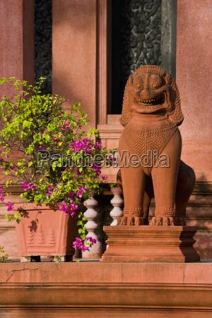 a lion statue at wat ounalom