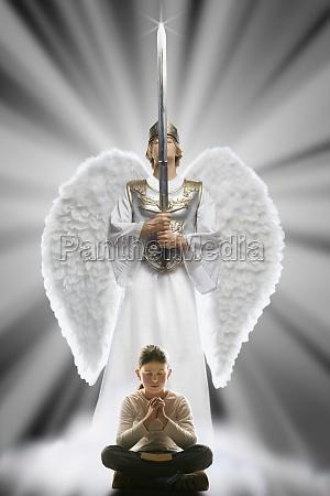 maedchen betet mit angel schutz