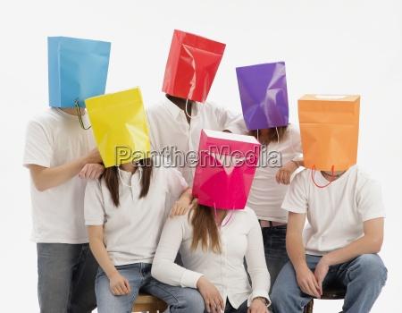 gruppe teenager mit farbenblindheit