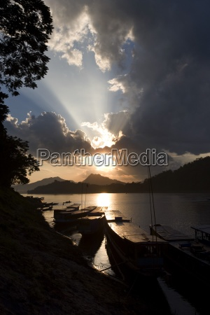 boote bei sonnenuntergang der mekong luang