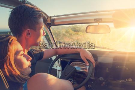 paar in einem auto bei sonnenuntergang