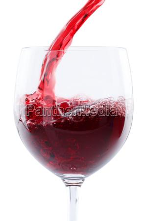 wein einschenken eingiessen hochformat rotwein freigestellt