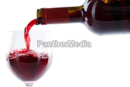 wein einschenken eingiessen aus weinflasche rotwein