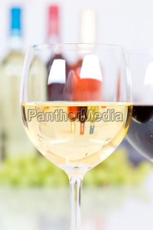 wein weisswein weisswein im glas hochformat
