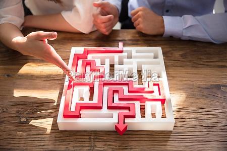 nahaufnahme, von, maze, puzzle, mit, rotem - 25722284