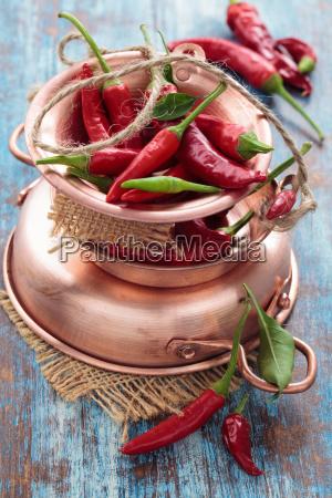 chili paprika in einem kupfertopf