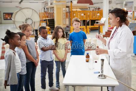 labortechniker mit einer gruppe von kindern