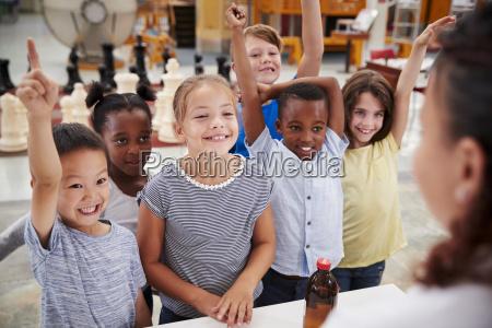 gruppe von kindern die sich ehrenamtlich