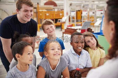 lehrer und kinder die sich in