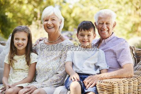 grosseltern und enkel im garten