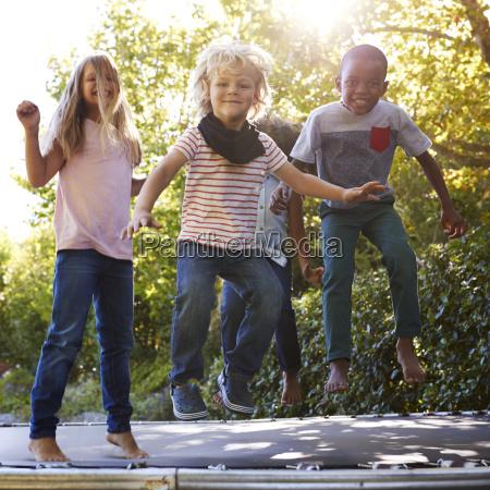 vier kinder die gemeinsam auf einem