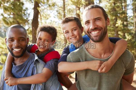 retrato de ninyos con padres en