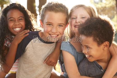 portraet von kindern mit freunden auf