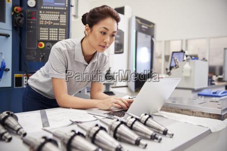 weiblicher ingenieur der cad programmiersoftware auf