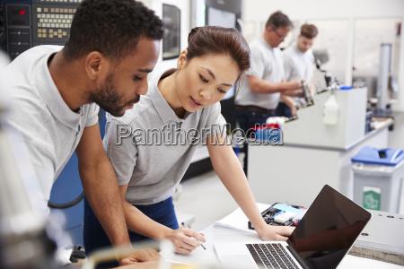 zwei ingenieure mit cad programmiersoftware auf