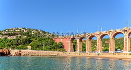 viadukt bei antheor strand strasse eisenbahnbruecke