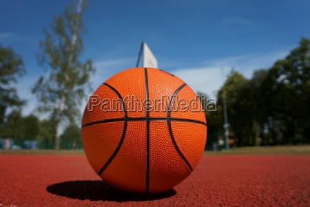 orange basketball gegen den blauen wolkenverhangenen