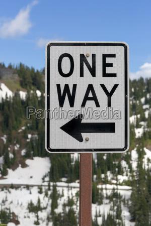 one way zeichen entlang der autobahn