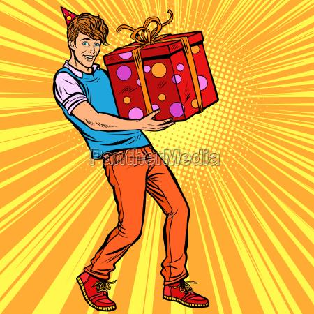 junger mann geburtstagskind mit geschenkbox