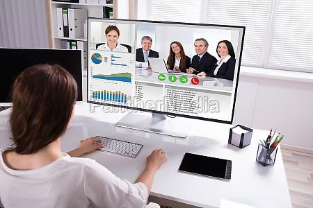 geschaeftsfrau videokonferenzen mit kollegen am computer