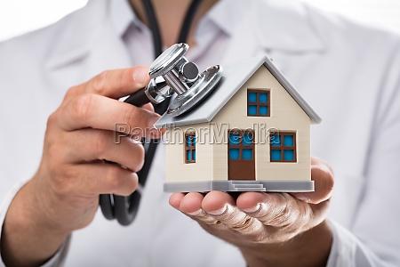 untersuchungshaus des doktors mit stethoskop