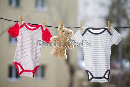 baby maedchen und junge koerper und