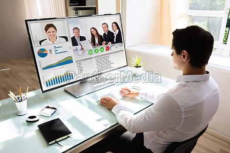 videoconferenza uomo daffari su computer