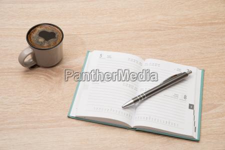 leerer kalender mit tasse kaffee