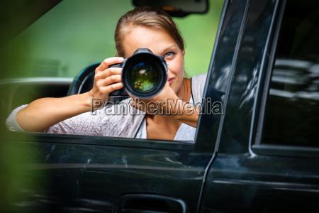 weiblicher fotograf der fotos von ihrem