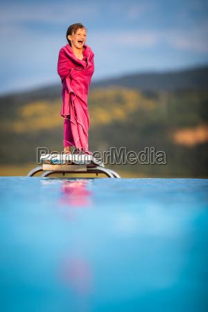 kleines maedchen am beckenrand das schwimmen