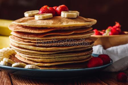 pfannkuchen stapel mit erdbeere und banane