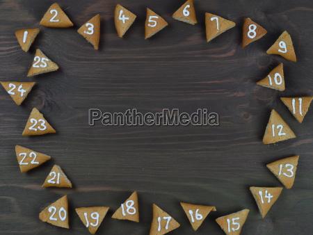 rahmen von 25 nummerierten adventskeksen auf