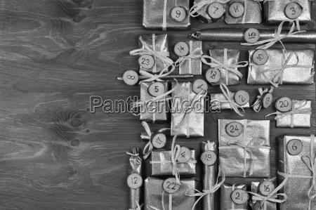 grenze des adventskalenders mit 24 silbergeschenken