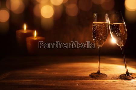 goldener weihnachtshintergrund mit champagner