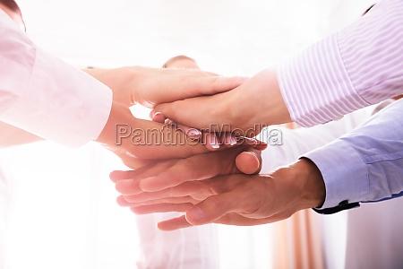 nahaufnahme von geschaeftsleuten stapeln hands