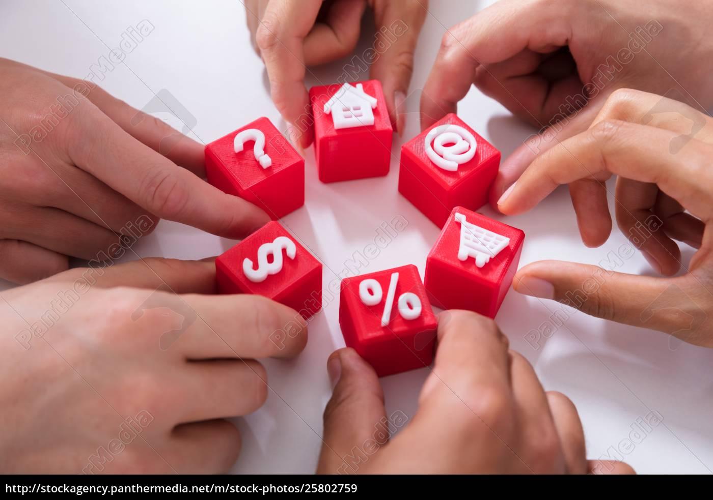 leute, halten, rote, kubische, blöcke, mit - 25802759