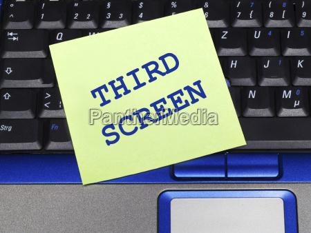 notiz auf dem notebook dritter bildschirm
