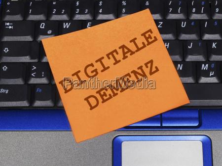 notiz auf notebook digitale demenz