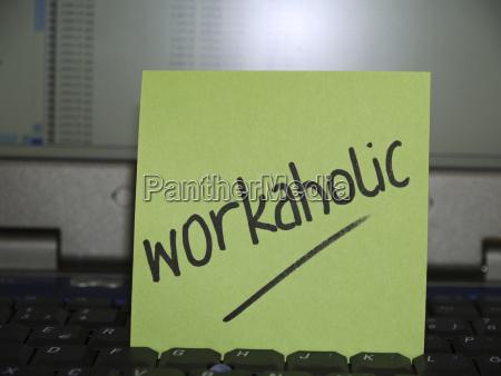 notiz auf notebook workaholic