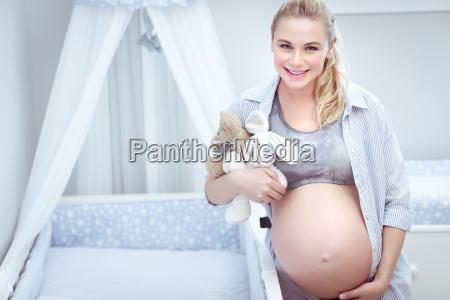 nette schwangere frau zu hause