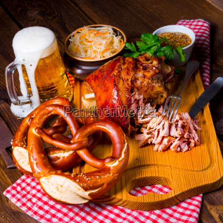knusprig gebratene bayerische schweinshaxe mit weichem