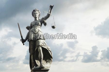 justitia symbol der gerechtigkeit vor hintergrund