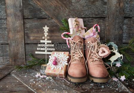 rustikale stiefel mit weihnachtsgeschenken