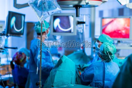 unbekannter patient unterzieht sich einer operation