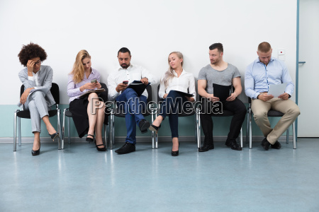 kandidaten warten auf ein interview