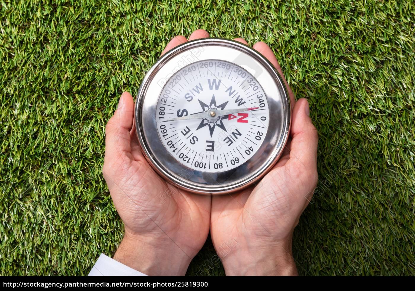 erhöhter, blick, auf, einen, mann, der, kompass - 25819300