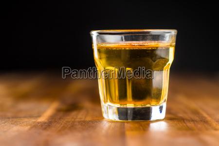glas alkoholisches getraenk